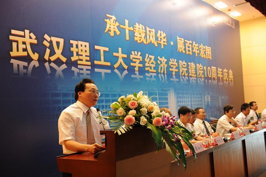 庆典仪式上武汉理工大学校长张清杰教授代表校方致欢
